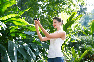 Automatically sets the camera in best shooting condition with iAuto